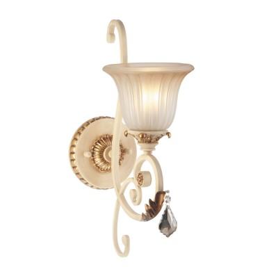 Светильник настенный бра Chiaro 254023901 ВерсачеХрустальные<br>Описание модели 254023901: Настенный светильник из коллекции Версаче выполнен в соответствии с поздним периодом средневекового стиля. Легкое тонирование стекла придаёт рельефному плафону волшебное перламутровое сияние, кованая арматура светильника изысканно декорирована при помощи тонких листов сусального металла. Эти яркие элементы основания гармонично перекликаются с бликами хрустальной подвески, отлично дополняющей образ акцента в интерьере!<br><br>S освещ. до, м2: 3<br>Рекомендуемые колбы ламп: свеча<br>Тип товара: Светильник настенный бра<br>Тип лампы: накаливания / энергосбережения / LED-светодиодная<br>Тип цоколя: E27<br>Количество ламп: 1<br>Ширина, мм: 170<br>MAX мощность ламп, Вт: 60<br>Диаметр, мм мм: 180<br>Длина, мм: 470<br>Высота, мм: 250<br>Поверхность арматуры: глянцевый<br>Цвет арматуры: бежевый