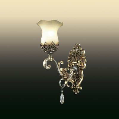 Подвесной светильник odeon light 2802/1W SAFIRAКлассика<br>Классика – вот, что рождает истинно превосходные интерьеры, в частности и в вопросах освещения. Светильники в классическом стиле не способны погибнуть или исчезнуть из канонов моды. Поэтому смело можете обратиться за роскошью и благородством к итальянскому настенному бра odeon light 2802/1W с томным источником комфортного сияния в любой из выбранных интерьерных зон. Конструкция изделия изысканна и многогранна: она состоит из изгибов и переплетений, рождающих уникальный силуэт. Аккуратный плафон исполнен на любимый итальянцами флористический манер: утончённый, нежный и восхитительно прекрасный.  Настенное бра odeon light 2802/1W создано в чудесном тёплом оттенке: шикарном и благородном. Такой итальянский шедевр рождён, чтобы дарить наслаждение и покорять сердца с первого взгляда.<br><br>S освещ. до, м2: 4<br>Тип товара: Светильник настенный бра<br>Тип лампы: накаливания / энергосбережения / LED-светодиодная<br>Тип цоколя: E27<br>Количество ламп: 1<br>Ширина, мм: 150<br>MAX мощность ламп, Вт: 60<br>Расстояние от стены, мм: 250<br>Высота, мм: 350<br>Цвет арматуры: золотой