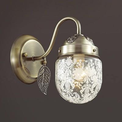 Светильник Lumion 3288/1WКлассические<br>Серия AFEMI примечательна оригинальной формой стеклянного плафона с растительным орнаментом. Светильник декорирован ажурными листками из металла, на верхних чашах светильника нанесен рельефный декор.<br><br>Крепление: Настенное<br>Тип лампы: Накаливания / энергосбережения / светодиодная<br>Тип цоколя: E14<br>Количество ламп: 1<br>Ширина, мм: 105<br>Расстояние от стены, мм: 230<br>Высота, мм: 190<br>MAX мощность ламп, Вт: 60
