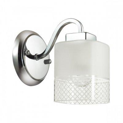 Светильник Lumion 3528/1WОжидается<br>Серию Ananda отличают четкие линии и простота материалов: арматура светильника состоит из металла, покрытого цветом хром, плафон простой геометрической формы состоит из матового и прозрачного стекла. Тем не менее, блестящий цвет основания, красивый узор на стекле, делает светильник несомненно запоминающимся, ярким и очень эффектным<br><br>Тип цоколя: E27<br>Количество ламп: 1<br>Ширина, мм: 160<br>MAX мощность ламп, Вт: 60<br>Длина, мм: 170<br>Оттенок (цвет): серебристный хром