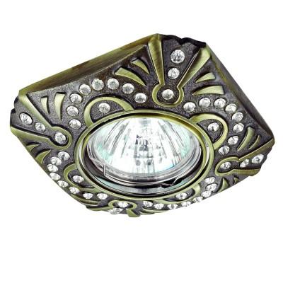 Novotech ERBA 370241 Светильник встраиваемыйКвадратные<br>Встраиваемый декоративный светильник модели Novotech 370241 из серии ERBA отличается следующим качеством: Светильник произведен из сплава цинка.  Благодаря сравнительно высоким механическим и литейным качествам, изделия, выполненные из сплава цинка, отличаются высокой точностью деталей декора со сложной конфигурацией. Так же он обладает антикоррозийными свойствами. Декоративные украшения сделаны из хрусталя. Огранка хрусталя, подобно огранке драгоценных камней, позволяет в полной мере проявить свойства, обусловленные большим показателем преломления и дисперсией.<br><br>Тип лампы: галогенная/LED<br>Тип цоколя: gu5.3<br>Ширина, мм: 98<br>MAX мощность ламп, Вт: 50<br>Диаметр врезного отверстия, мм: 75<br>Длина, мм: 98<br>Высота, мм: 30<br>Цвет арматуры: бронзовый