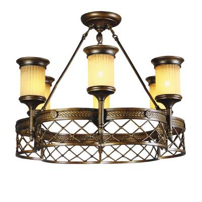 Люстра Chiaro 382010206 Айвенгоподвесные кованые люстры<br>Описание модели 382010206: Искусно стилизованный светильник имеет большое значение для создания атмосферы средневекового замка в декорируемом помещении. Основное внимание в светильнике Айвенго обращает на себя декоративная металлическая лента, на которой вручную выкован растительный орнамент с геральдической символикой,  характерной для готического стиля. Широкий кованый пояс мягкими волнами удерживает подсвечники-факелы, выполненные из стекла с искусно состаренной поверхностью. Коричнево-охристая цветовая гамма светильника Айвенго идеально впишется в интерьер с деревянной и каменной отделкой, украшенный роскошными гобеленами!<br><br>Установка на натяжной потолок: Да<br>S освещ. до, м2: 18<br>Крепление: Планка<br>Тип лампы: накаливания / энергосбережения / LED-светодиодная<br>Тип цоколя: E14<br>Цвет арматуры: бронзовый<br>Количество ламп: 6<br>Диаметр, мм мм: 680<br>Высота, мм: 500<br>Поверхность арматуры: матовый, рельефный<br>MAX мощность ламп, Вт: 60<br>Общая мощность, Вт: 360