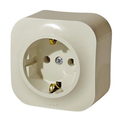 Legrand Quteo Бел Розетка с/з (арт. 782211)Legrand Quteo<br>Технические характеристики:<br><br>Цвет белый<br>  Материал пластик повышенной прочности<br>  Степень защиты IP20 (для сухих помещений)<br>Монтаж накладные<br><br>Оттенок (цвет): Белый