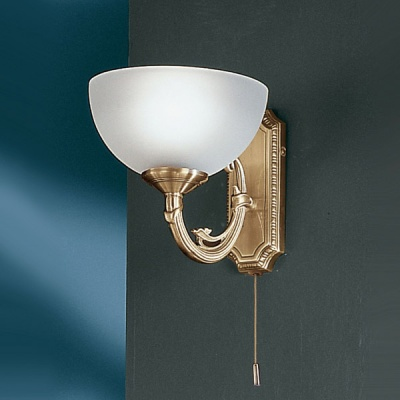 Eglo SAVOY 82751 Светильник настенный браКлассические<br>Австрийское качество модели светильника Eglo 82751 не оставит равнодушным каждого купившего! Матовое закаленное стекло(пр-во Чехия), Корпус бронза , Класс изоляции 3 (двойная изоляция), шнурковый выключатель, IP 20, освещенность 470 lm ,Н=160L=240,1X40W,E14.<br><br>S освещ. до, м2: 2<br>Тип лампы: накаливания / энергосбережения / LED-светодиодная<br>Тип цоколя: E14<br>Количество ламп: 1<br>MAX мощность ламп, Вт: 2<br>Размеры основания, мм: 0<br>Длина, мм: 180<br>Расстояние от стены, мм: 240<br>Высота, мм: 160<br>Оттенок (цвет): белый<br>Цвет арматуры: бронзовый<br>Общая мощность, Вт: 1X40W