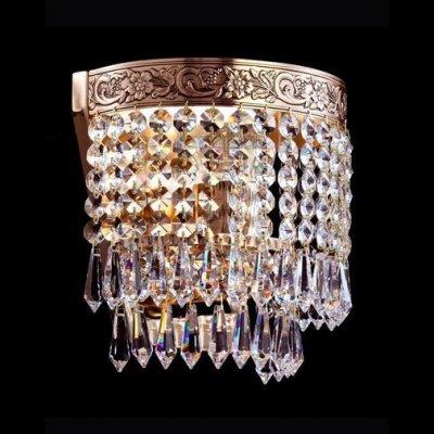 Светильник Maytoni A890-WB1-G Diamant 1Хрустальные<br>Представленное на фото хрустальное бра от компании Maytoni необыкновенно красиво украсит вашу комнату. Изделие выполнено в классическом стиле, а значит, оно будет уместно выглядеть во многих интерьерах помещения. Конструкция хрустального бра Maytoni Diamant Crystal A890-WB1-G просто шикарна. Она представляет собой изобилие хрустальных подвесок, прикрепленных к металлической окантовке. Резной рисунок с цветочными мотивами делает изделие еще более ценным, величественным и презентабельным. Благодаря золотому цвету арматуры, бра от Майтони выглядит действительно по-королевски.<br><br>S освещ. до, м2: 4<br>Тип лампы: накаливания / энергосбережения / LED-светодиодная<br>Тип цоколя: E27<br>Цвет арматуры: золотой<br>Количество ламп: 1<br>Ширина, мм: 180<br>Высота, мм: 210<br>MAX мощность ламп, Вт: 60