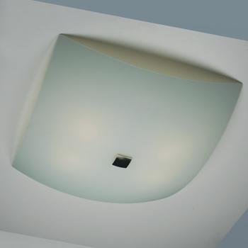 Citilux Белый CL932011 Светильник настенно-потолочныйКвадратные<br>Настенно потолочный светильник Citilux (Ситилюкс) CL932011  подходит как для установки в вертикальном положении - на стены, так и для установки в горизонтальном - на потолок. Для установки настенно потолочных светильников на натяжной потолок необходимо использовать светодиодные лампы LED, которые экономнее ламп Ильича (накаливания) в 10 раз, выделяют мало тепла и не дадут расплавиться Вашему потолку.<br><br>S освещ. до, м2: 26<br>Тип лампы: накаливания / энергосбережения / LED-светодиодная<br>Тип цоколя: E27<br>Количество ламп: 4<br>Ширина, мм: 500<br>MAX мощность ламп, Вт: 100<br>Размеры: Габариты<br>Расстояние от стены, мм: 130<br>Поверхность арматуры: глянцевый<br>Цвет арматуры: серебристый