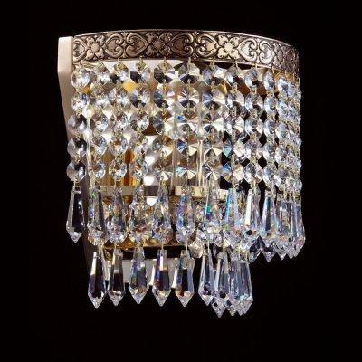 Светильник Maytoni D783-WB1-G SferaХрустальные<br>Стильное бра от компании Maytoni выполнено в классическом стиле. Металлический каркас имеет рисунок в виде завитков и окрашен в золотой цвет. Бра Maytoni Diamant Crystal D783-WB1-G будет не только осветительным прибором вашего помещения, но и частью его интерьера. Посмотрев на представленное фото, вы увидите насколько красиво и со вкусом сделано данное изделие. Инженеры немецкой фирмы Майтони продумали каждую деталь, которая сделана из высококачественного материала. Перед приобретением данного прибора, вам необходимо будет купить одну лампочку с цоколем Е27, так как она не входит в стоимость товара. Купить этот светильник вы можете у нас по указанной цене.<br><br>S освещ. до, м2: 4<br>Тип лампы: накаливания / энергосбережения / LED-светодиодная<br>Тип цоколя: E27<br>Количество ламп: 1<br>Ширина, мм: 180<br>MAX мощность ламп, Вт: 60<br>Высота, мм: 210<br>Цвет арматуры: золотой