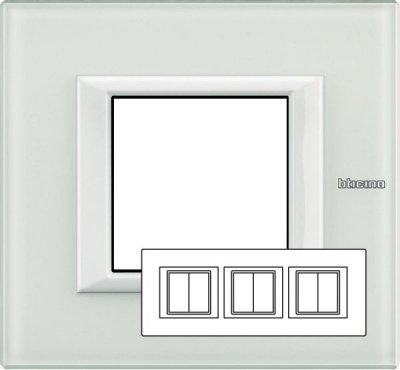Legrand Bticino Axolute HA4802M3HVBB Рамка Белое стекло 2+2+2 мод прямоугольная горизонтальнаяBT Axolute White glass/VBB<br>Технические характеристики<br>Цвет: Белое стекло.<br>Форма: Прямоугольник.<br>Ориентация: Горизонтальная.<br>Размер: 2+2+2 модуля.<br>Дополнительная информация:<br>Рамка.<br><br>Оттенок (цвет): белый