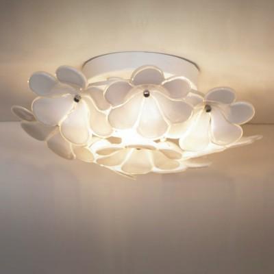 Люстра Lussole Lsa-5107-03Потолочные<br>«Нежная» красота итальянской потолочной люстры Lussole Lsa-5107-03, навевающая мысли о цветочной поляне, внесет в Ваш интерьер неповторимый облик, наполненный «теплотой» и гармонией! Изящная конструкция выполнена в форме распустившихся белых цветов, среди которых, как светлячки, «спрятаны» три лампы. Создаваемое освещение получается «мягким» и приятным для зрения. Светильник прекрасно впишется в интерьер в стиле «флористика» и может быть использован как в качестве подсветки, так и в качестве основного источника света для небольшой (до 6 кв.м.) комнаты. Цветовая гамма помещения может быть любой, но в ней обязательно должен присутствовать белый цвет, чтобы пространство выглядело «единым», гармоничным и уютным.<br><br>Установка на натяжной потолок: Ограничено<br>S освещ. до, м2: 6<br>Крепление: Планка<br>Тип лампы: галогенная / LED-светодиодная<br>Тип цоколя: G9<br>Количество ламп: 3<br>MAX мощность ламп, Вт: 40<br>Диаметр, мм мм: 310мм<br>Высота, мм: 140мм<br>Оттенок (цвет): белый<br>Цвет арматуры: серебристый