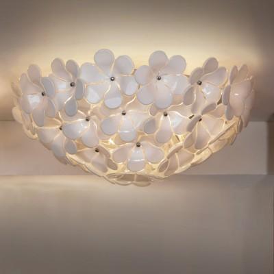 Люстра Lussole Lsa-5107-05Потолочные<br>Итальянская потолочная люстра Lussole Lsa-5107-05 – воплощение стиля «флористика»! Конструкция целиком состоит из декоративных белых «цветов», сквозь которые «проглядывают» пять лампочек-«светлячков», усиливая сходство с настоящим садовым кустом. «Нежная» красота светильника делает его «романтичным» и изысканным. Площадь освещения составляет 10 кв.м., поэтому лучше всего использовать этот источник света для небольшой комнаты, в которой присутствуют «природные» элементы, например, картины с пейзажем, «цветочные» принты на покрывалах или подушках, посуде и т.п.  Белый оттенок прекрасно сочетается с «холодной» цветовой гаммой – голубой, синей, изумрудной, делая интерьер элегантным, стильным и запоминающимся.<br><br>Установка на натяжной потолок: Да<br>S освещ. до, м2: 10<br>Крепление: Планка<br>Тип лампы: галогенная / LED-светодиодная<br>Тип цоколя: E14<br>Количество ламп: 5<br>Ширина, мм: 520мм<br>MAX мощность ламп, Вт: 40<br>Высота, мм: 240мм<br>Оттенок (цвет): белый