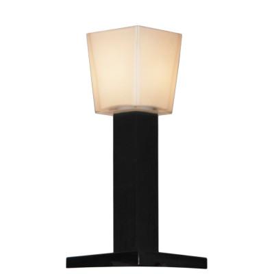 Настольная лампа Lussole LSC-2504-01 Lente хром+черныйДекоративные<br>Настольная лампа LUSSOLE LSC-2504-01 LENTE по форме напоминает уличный фонарь, что дополнительно подчеркивается черно-белой цветовой гаммой. Благодаря отсутствию крепления, ее легко установить в считанные минуты! Матовый плафон белого цвета создает мягкое и комфортное для глаз освещение, а простота конструкции позволит лампе отлично вписаться в любой современный минималистичный интерьер!<br><br>S освещ. до, м2: 3<br>Тип лампы: накал-я - энергосбер-я<br>Тип цоколя: E14<br>Количество ламп: 1<br>Ширина, мм: 140<br>MAX мощность ламп, Вт: 40<br>Расстояние от стены, мм: 34<br>Цвет арматуры: серебристый