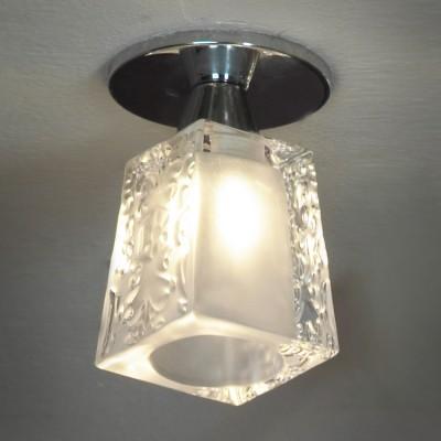 Светильник Lussole lsc-9000-01Квадратные<br>«Компактные» габариты светильника Lussole lsc-9000-01 делают его идеально подходящим для подсветки небольшой (до 3 кв.м.) «зоны» комнаты. Кроме того, он может быть использован в качестве основного источника света в таких помещениях, как прихожая, ванная, гардеробная или чулан. «Строгая» геометрическая форма и светлые оттенки придают светильнику современный вид, поэтому наиболее «выигрышно» он впишется в интерьер в стиле «модерн» или «хай-тек». Для создания «цельного», гармоничного пространства, рекомендуем приобретать всю серию Lussole lsc-90, включая настенные бра и потолочную люстру.<br><br>Установка на натяжной потолок: Ограничено<br>S освещ. до, м2: 3<br>Крепление: Планка<br>Тип лампы: галогенная / LED-светодиодная<br>Тип цоколя: G9<br>Цвет арматуры: серебристый<br>Количество ламп: 1<br>Диаметр, мм мм: 80<br>Высота, мм: 110<br>MAX мощность ламп, Вт: 40