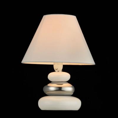 Настольная Лампа Maytoni MOD004-11-WСовременные<br>Настольная лампа – это не просто источник дополнительного освещения, но и оригинальный элемент декора. Его можно установить в спальне, гостиной, кабинете и других комнатах. Интернет-магазин «Светодом» предлагает настольные лампы разных стилей по доступным ценам. Благодаря большому ассортименту Вы обязательно найдете в нашем каталоге именно ту модель, которую искали.   Настольная лампа Maytoni MOD004-11-W – прекрасный вариант для завершения интерьера. Ее можно включить одновременно с люстрой для более яркого освещения или без нее для создания уютной атмосферы, настраивающей на отдых.   Купить настольную лампу Maytoni MOD004-11-W Вы можете с помощью виртуальной «Корзины» или по контактным номерам, указанным на сайте.<br><br>Тип лампы: Накаливания / энергосбережения / светодиодная<br>Тип цоколя: E14<br>Количество ламп: 1<br>MAX мощность ламп, Вт: 60<br>Диаметр, мм мм: 180<br>Высота, мм: 260<br>Цвет арматуры: серебристый
