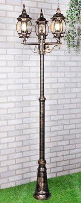 NLG99HL005 черное золото Электростандарт Светильник на столбеУличные фонари с несколькими плафонами<br>Мощность: 3x100 Вт Цоколь: Е27 Питание: 220-240 В / 50 Гц Защита: IP 33 Размер: 560 х 470 х 2300 мм Сегодня на рынке представлено множество садово-парковых светильников в классическом стиле. Отличительной особенностью наших светильников является не только изысканный, утонченный дизайн, но и долговечность. Корпус светильников изготовлен по специальной технологии из силумина. Силумин – это сплав алюминия и кремния. Этот металл, при небольшом весе, отличается повышенной прочностью. Легкость конструкции позволяет монтировать подвесные и настенные светильники к любым поверхностям, не опасаясь, что крепление не выдержит веса. Корпус светильника окрашивается с помощью уникальной, не имеющей на сегодняшний день аналогов, технологи. Несколько слоев краски, нанесенной с помощью порошкового напыления, делают светильник устойчивым к коррозии и к механическим воздействиям. Используя такие светильники на своем дачном участке, можно не опасаться царапин, вмятин и ржавчины на корпусе. Плафон  светильника собирается вручную. Каждая стеклянная грань надежно и плотно подогнана к корпусу светильника. Кварцевое стекло, используемое в этих светильниках, имеет высокую светопропускную способность и устойчиво к химическим и механическим воздействиям. Светильникам не страшны северные ветра и южное солнце. Диапазон рабочей температуры этих светильников от -20 до +50 градусов Цельсия. Это позволяет использовать их практически в любых регионах, с любыми погодными условиями, без ущерба для внешнего вида и без потери работоспособности.  Патрон светильников предназначен для работы с лампой с традиционным цоколем Е27, поэтому для освещения можно использовать как экономичные светодиодные лампы, так и очень модные в этом сезоне ретро-лампы Эдисона. Светильники классического дизайна не только органично дополнят любую садово-парковую зону, но и станут ярким и стильным акцентом на приусадебном участке.