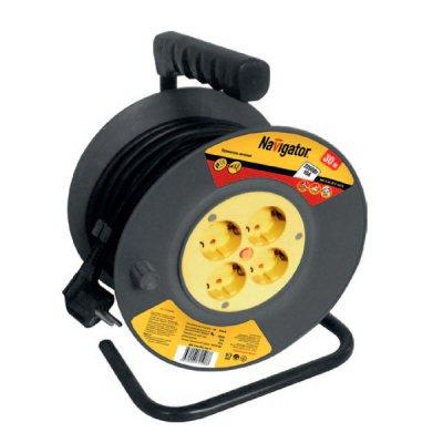Удлинитель Navigator 71 508 NPE-R-04-30-E-3x0.75 катушка 4 гн. с/з 30мУдлинители<br>Удлинители серии NPE-R предназначены для подключения электроприборов, удаленных на расстояние от 20 до 50 м от стационарной розетки и имеющих шнур с плоской или круглой вилкой. Удлинители серии NPE-R имеют корпус типа «катушка» с диаметром 240–260 мм, в зависимости от модели. Корпус катушки изготавливается из полипропилена первичной обработки, цельнолитой, что повышает его стойкость к механическим нагрузкам. Для удобства переноски удлинителя предусмотрена эргономичная ручка. Сетевой шнур изготовлен из ПВС провода и армирован неразборной литой вилкой.  Удлинитель имеет 4 гнезда розеток, оснащенных защитными шторками, и автоматический термовыключатель, предохраняющий удлинитель от перегрузок.  Автоматический предохранитель (термобиметаллический кнопочный прерыватель принудительного включения) для отключения нагрузки при перегрузках и коротких замыканиях. Термобиметаллический предохранитель кнопочного типа имеет биметаллическую пластину, которая, деформируясь (выгибаясь) при нагревании, разъединяет контакты, и цепь остается разомкнутой до тех пор, пока не будет устранено короткое замыкание, и пользователь не нажмет кнопку для принудительного включения предохранителя.  Специальный держатель на металлическом основании позволяет фиксировать катушку в нужном для потребителя положении, чтобы остановить дальнейшее разматывание кабеля.  Поворотная ручка для намотки кабеля на катушку.  Специальные фиксаторы провода на катушке.  Пластиковый барабан и мягкая изолирующая ручка исключают примерзания провода и рук при низких (до -40 °С) температурах и перегрев питающего провода при высоких (до +40 °С) температурах.  Изолирующая ручка и пластиковый барабан защищают от поражения электрическим током при поврежденной изоляции.   Незаменимы на стройке, садовом участке, съемочной площадке, в парках с аттракционами, в промышленности и в быту.<br>