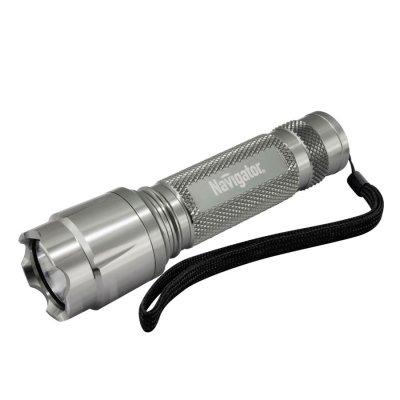 Фонарь Navigator 94 919 NPT-CM05-1AA алюм. 1LEDх1Вт, блистРучные<br>Надежные светодиодные металлические фонари. Яркие, долговечные и экономичные. Корпус из анодированного алюминия не подвержен коррозии. Срок службы светодиодов – до 100 000 часов. NPT-CM03 – светодиодный фонарь с 1 светодиодом мощностью 3 Вт и фокусировкой светового луча. Дальность освещения до 150 метров. Имеет три режима работы: два уровня яркости и мерцание. Индивидуальная упаковка – блистер с цветным вкладышем.<br><br>Количество ламп: 1 led<br>Диаметр, мм мм: 30<br>Длина, мм: 108