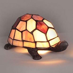 Omnilux Tortoise OML-81124-01 Лампа настольнаяТиффани<br>Настольная лампа – это не просто источник дополнительного освещения, но и оригинальный элемент декора. Его можно установить в спальне, гостиной, кабинете и других комнатах. Интернет-магазин «Светодом» предлагает настольные лампы разных стилей по доступным ценам. Благодаря большому ассортименту Вы обязательно найдете в нашем каталоге именно ту модель, которую искали. <br> Настольная лампа Omnilux OML-81124-01 – прекрасный вариант для завершения интерьера. Ее можно включить одновременно с люстрой для более яркого освещения или без нее для создания уютной атмосферы, настраивающей на отдых. <br> Купить настольную лампу Omnilux OML-81124-01 Вы можете с помощью виртуальной «Корзины» или по контактным номерам, указанным на сайте.<br><br>Тип лампы: накал-я - энергосбер-я<br>Тип цоколя: E14<br>Количество ламп: 1<br>Ширина, мм: 130<br>Размеры: W 130 L 200 H 120<br>Высота, мм: 120<br>MAX мощность ламп, Вт: 40