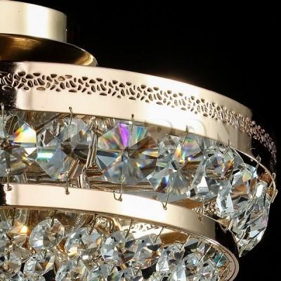 Люстра Maytoni P700-PT35-G Diamant 4Потолочные<br>Данная хрустальная потолочная люстра от Maytoni, как можно увидеть на фото, выполнена из хрустальных подвесок. Арматура хрустальной потолочной люстры Maytoni Diamant Crystal P700-PT35-G изготовлена из металла и имеет аристократичный золотой цвет. Прочная, крепкая и долговечная, да еще и за такую стоимость, эта люстра претворит ваши мечты о шикарном светильнике в реальность. Компания Майтони сделала дизайн этой люстры классическим и утонченным. Такая люстра подойдет к любому интерьеру, но лучше её использовать в сочетании с предметами интерьера в стиле барокко. Наш интернет-магазин дает вам возможность купить эту дивную потолочную люстру по абсолютно невысокой цене. Мы предоставим вам доставку люстры в любую точку России.<br><br>Установка на натяжной потолок: Ограничено<br>S освещ. до, м2: 12<br>Крепление: Планка<br>Тип лампы: накаливания / энергосбережения / LED-светодиодная<br>Тип цоколя: E14<br>Количество ламп: 3<br>MAX мощность ламп, Вт: 60<br>Диаметр, мм мм: 320<br>Высота, мм: 235<br>Цвет арматуры: золотой