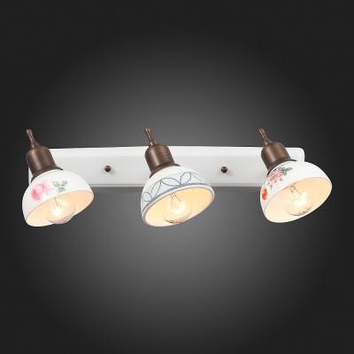 Светильник настенный бра St luce SL261.501.03тройные споты<br>Если Вы настроены купить светильник модели SL26150103, то обратите внимание: При создании интерьерного освещения особое внимание следует уделить художественному оформлению светильника – он должен стать гармоничным элементом и полноценным украшением выбранной дизайн-концепции. Модели коллекции Pittura сочетают практичность и потрясающе гармоничный облик, формируемый сочетанием металла цвета античной бронзы , оснований, окрашенных в белый цвет и нежных керамических плафонов. Плафоны с неповторимой ручной росписью превосходно освежают композицию, делают её утонченной, воздушной. Такой тандем цвета, форм и материалов соответствует стилистической концепции кантри, винтаж, классика и прочих. Светильники коллекции Pittura станут приятным акцентом интерьера, привнесут в него гармонию и домашний уют<br><br>S освещ. до, м2: 6<br>Тип лампы: Накаливания / энергосбережения / светодиодная<br>Тип цоколя: E14<br>Количество ламп: 3<br>Ширина, мм: 450<br>Высота, мм: 150<br>MAX мощность ламп, Вт: 40