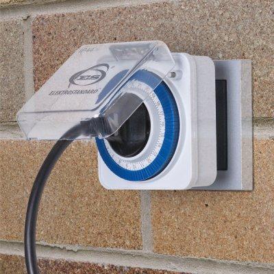 TMH-M-2 Электростандарт Розетка-таймерРозетка с таймером<br>Розетка-таймер TMH-M-2 в пылевлагозащищенном корпусе (IP44) с защитной крышкой предназначена для автоматизированного подключения электроприборов к сети 220 В в помещениях с повышенной влажностью, а также вне помещений. Таймер имеет 96 делений, каждое из которых соответствует 15 минутам. ? Защита от детей ? Удлиненная вилка для влагозащищенных розеток Питание: 220 – 240 В, 50 Гц Макс. мощность нагрузки: 3500 Вт Макс. ток нагрузки: 16 А Пылевлагозащищенность: IP44 Рабочая температура: 0° ... +55° С Временной интервал одного деления: 15 мин Таймер оборудован 96 делениями для программирования розетки-таймера на сутки.<br>