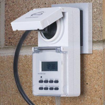 TMH-E-6 Электростандарт Розетка-таймерРозетка с таймером<br>Розетка-таймер TMH-E-6 может устанавливаться в помещениях с повышенной влажностью, а также вне помещений. Розетка и программируемый на неделю электронный таймер защищены от попадания влаги и грязи подпружиненными откидными крышками.  • Защита от детей •  Встроенный аккумулятор • Функция летнего времени • Функция произвольного включения Питание: 220 – 240 В, 50 Гц Макс. мощность нагрузки: 3600 Вт Макс. ток нагрузки: 16 А Пылевлагозащищенность: IP44 Рабочая температура: -10° ... +40° С Минимальный временной интервал: 1 мин Количество программ: 10 Каждая программа предусматривает 1 цикл включения/выключения.<br>