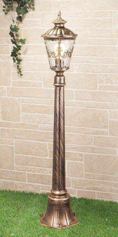 Diadema F (GLYF-8046F) черное золото Электростандарт Светильник на столбеУличные светильники-столбы<br>Мощность лампы: 60 Вт Цоколь: E27 Питание: 220 - 240 В / 50 Гц Размер: 190 х 190 х 1070 мм Гарантия 12 мес. Светильники предназначены для освещения садово-парковых зон, прогулочных дорожек, коттеджей, функционально-декоративного освещения скверов, парков и бульваров, а также для подсветки фасадов зданий. Степень влагозащиты IР44 позволяет устанавливать светильники под открытым небом. Рассеиватель светильников из декоративного стекла делает освещение особенно эффектным за счет преломления лучей света. Корпус из алюминиевого сплава покрыт антикоррозийной краской, устойчивой к воздействию окружающей среды, благодаря чему светильники Diadema сохраняют прекрасный внешний вид в течение долгих лет эксплуатации.<br>