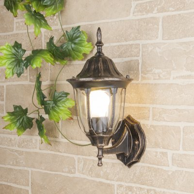 Светильник уличный настенный Elektrostandard GL 1002U черное золотоНастенные<br>Мощность: 60 Вт Цоколь: Е27 Питание: 220-240 В / 50 Гц Защита: IP 44 Размер: 205 х 163 х 375 мм<br><br>Тип лампы: Накаливания / энергосбережения / светодиодная<br>Тип цоколя: E27<br>Количество ламп: 1<br>Ширина, мм: 163<br>Расстояние от стены, мм: 205<br>Высота, мм: 375<br>MAX мощность ламп, Вт: 60