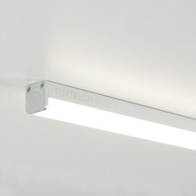 LED Stick LST01 16W 4200K Электростандарт Светодиодный светильник с сенсорным выключателемСветодиодные LED<br>Мощность: 16 Вт Яркость: 960 лм Свет: теплый белый 4200K Угол рассеивания: 150° Питание: 220 В / 50 Гц Количество светодиодов: 108 шт. Размер: 900 х 19 х 19 мм Класс энергоэффективности: А. Предназначен для установки внутри помещений.<br>Линейный светодиодный светильник, который еще называют Led Stick, отличается тем, что оснащен сенсором. Включить или выключить его можно просто прикоснувшись к нему. Двойное нажатие на корпус светильника позволяет активировать диммер, с помощью которого можно регулировать мощность светового потока.<br>В качестве источника света используются светодиоды, что делает этот эргономичный и функциональный светильник еще и энергоэффективным. Потребляемая мощность стика всего 16 ватт.<br>