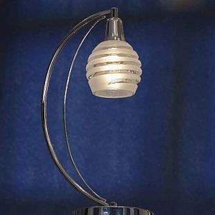 Светильник настольный Lussole lsc-9304-01Современные<br>Стильная настольная лампа Lussole lsc-9304-01 прекрасно дополнит современный интерьер, внесет в него «изюминку» и уют. «Спиралевидный» рисунок подвеса повторяется в плафоне, где прозрачные полосы чередуются с матовыми, что создает в итоге «цельный», красивый и элегантный образ, который наверняка станет Вашим любимым предметом в квартире! Еще одним несомненным достоинством светильника является «мобильность» - он подключается в считанные мгновения, не требует никакого монтажа, а при желании его можно легко перенести в любое другое место. В комплекте с другими светильниками из этой же серии – люстрой и настенными бра, лампа создаст в комнате «настроение» и придаст интерьеру законченный и совершенный вид.<br><br>S освещ. до, м2: 3<br>Тип товара: настольная лампа<br>Тип лампы: накаливания / энергосбережения / LED-светодиодная<br>Тип цоколя: E14cs<br>Количество ламп: 1<br>Ширина, мм: 140<br>MAX мощность ламп, Вт: 40<br>Длина, мм: 200<br>Высота, мм: 380<br>Цвет арматуры: серебристый
