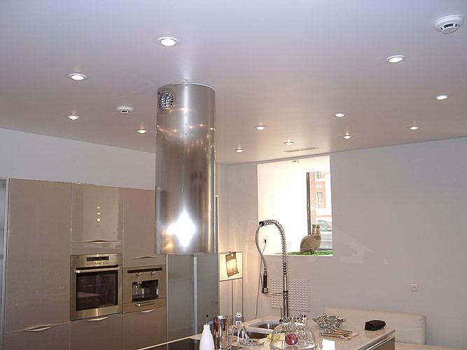 Натяжной потолок в обеденной зоне, кухне